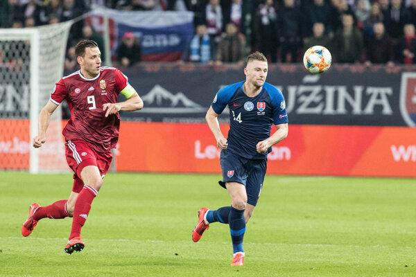 Milan Škriniar (vpravo) v kvalifikačnom zápase na EURO 2020 proti Maďarsku.