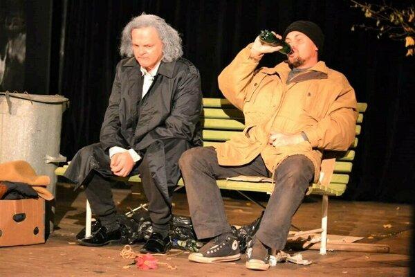 Scéna z hry Antigona v New Yorku (Igor Mikula vľavo).