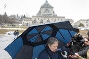 Žena poskytuje rozhovor médiám po útoku v kostole v Kanade.