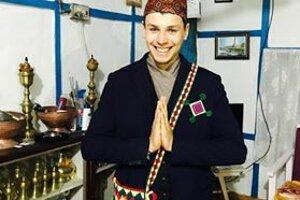 Dominik v typickom odeve pre pánov na nepálsku svadbu.