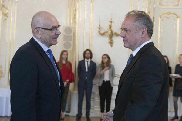 Prezident SR Andrej Kiska a vľavo predseda Najvyššieho kontrolného úradu SR Karol Mitrík. Archívne foto