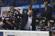 Tréner R. Šimíček (v strede) aj asistenti P. Bartoš a M. Šimurda skončili na lavičke HC Košice.