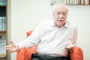 Najdlhšie slúžiaci demokraticky zvolený primátor v histórii Viedne. Od roku 1994 do roku 2018 bol vždy po úspešnom výsledku socialistov v miestnych voľbách opäť zvolený za primátora. Celkovo šesťkrát. Vyštudoval biológiu a zoológiu na Viedenskej univerzite. Od polovice 70. rokov sa angažoval v rakúskej sociálnodemokratickej strane. Od roku 1983 bol členom viedenskej mestskej rady. V súčasnosti pôsobí ako predseda Viedenského vedeckého, výskumného a technologického fondu (WWTF).