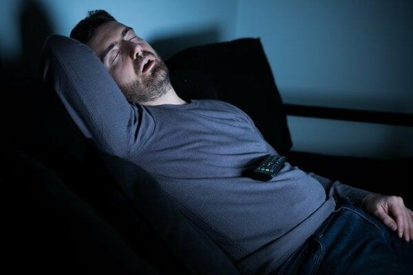 Niekedy môže chrápanie zmiznúť už po zmene polohy pri spánku.