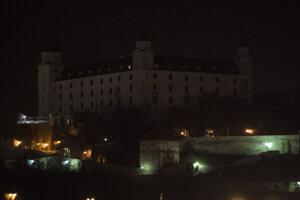 Bratislavský hrad sa v sobotu roku 2018 o 20.30 h na hodinu zahalil do tmy.