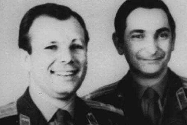 Na archívnej snímke z roku 1965 sú ruskí kozmonauti Jurij Gagarin (vľavo) Valerij Bykovskij (vpravo).