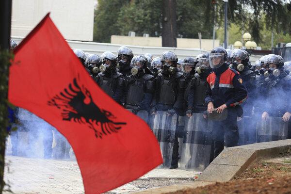 Prívrženci opozície sa znova pokúšali vniknúť násilím do parlamentu.