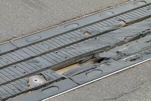 Poškodený mostný uzáver na nadjazde.
