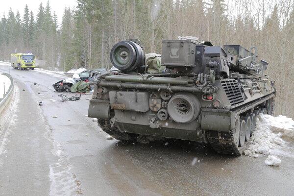 Na snímke miesto, kde sa zrazil vyslobodzovací tank s osobným vozidlom.