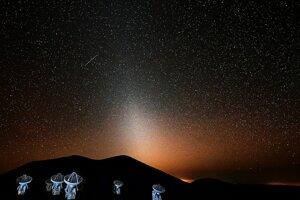 Zodiakálne svetlo. Spôsobuje ho rozptyl slnečného svetla na časticiach medziplanetárnej hmoty.