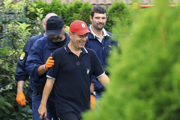 Slovinskí policajti a nacionalistický politik Andrej Šiško pri prehliadke domov 6. septembra 2018.