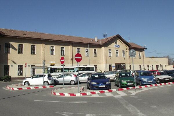 Parkovisko pred železničnou stanicou.