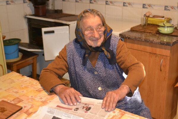 Deväťdesiatsedemročná Zuzana Kanátová tvrdí, že veľkú politiku už veľmi nesleduje, dianie v dedine aj regióne ju však zaujíma.