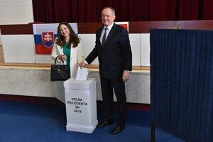 Prezident SR Andrej Kiska a manželka Martina Kisková vhadzujú obálky s hlasovacími lístkami do volebnej schránky v 2. kole prezidentských volieb v Poprade.