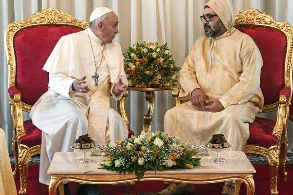 Pápež František diskutuje s marokým kráľom Mohammedom VI.