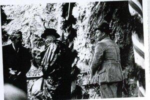 Prezident Beneš pri portáli budúceho tunela pri Harmanci, ktorí je dodnes najdlhším na Slovensku.