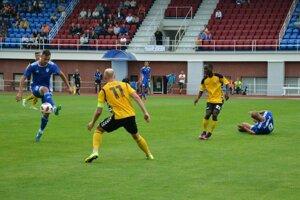 Dubničan Mikuš (vľavo v modrom) dal druhý gól.