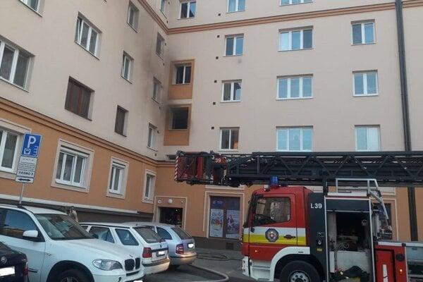 Horel byt na prvom poschodí.