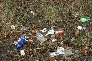 Mesto sa stará oodpad zkošov. Aktivační pracovníci čistia aj okolie odpočívadla.