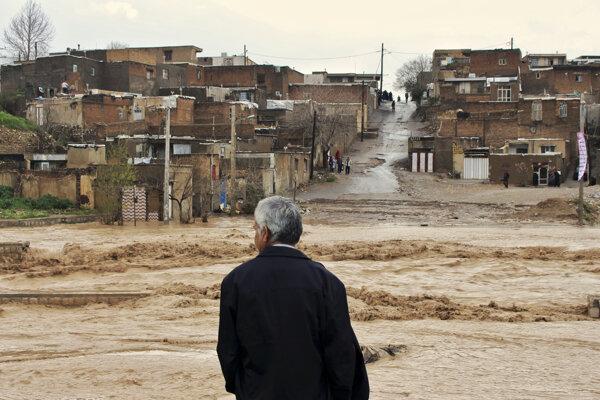 Muž sa pozerá na zaplavenú ulicu v meste Chorramabád v provincii Golestán, na západe Iránu.