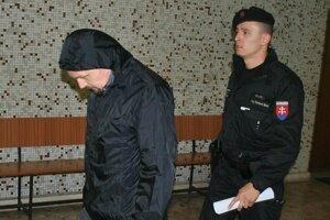 Poliak kráča na súd, ktorý ho pošle do väzby.