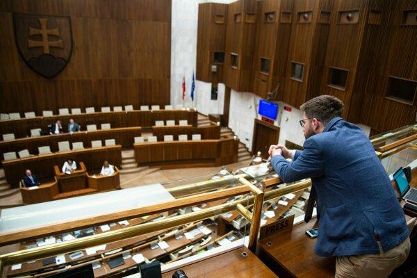 Martin Poliačik na balkóne pre médiá a návštevníkov po tom, ako ho predseda NR SR Danko vykázal z rokovacej sály.