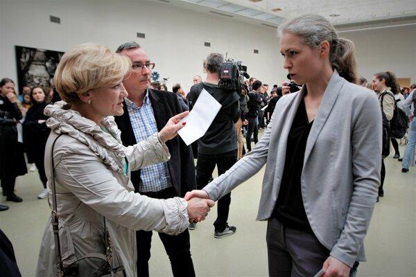 Ministerka kultúry Ľubica Laššáková (vľavo) s poverenou riaditeľkou Kunsthalle Ninou Vrbanovou (vpravo).