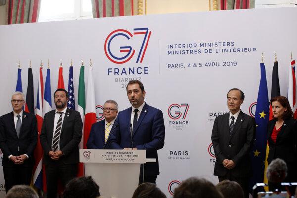 Francúzsky minister vnútra Christophe Castaner (uprostred) počas tlačovej konferencie s ministrami vnútra G7 na záver schôdzky ministrov zahraničných vecí a vnútra krajín G7 v Paríži.