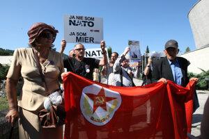 Demonštrácia proti NATO.