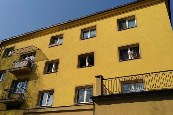 Bytovka na Triede SNP v Banskej Bystrici, kde v pondelok nadránom došlo k výbuchu.