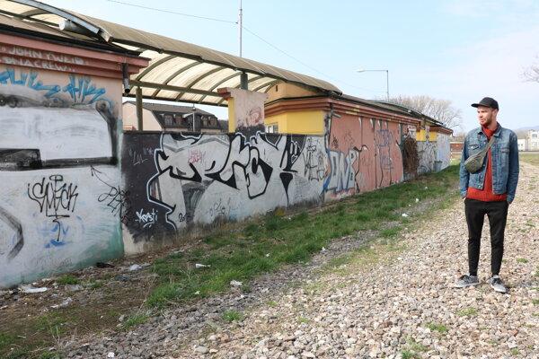 Filip Ovádek pri stene, ktorú obnovia umelci.