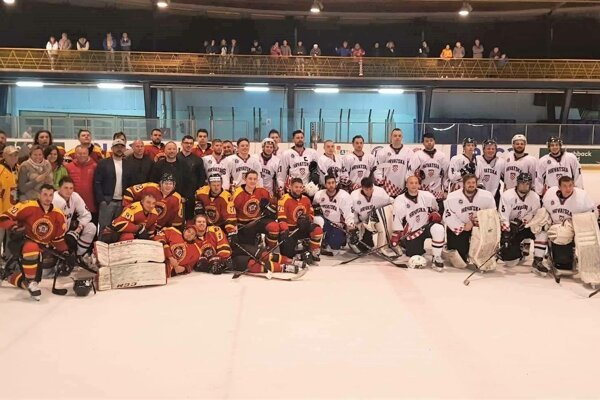 Na spoločnej fotke hokejisti HC Topoľčany a reprezentácia Chorvátska.