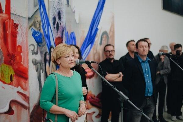 Ľubica Laššáková v bratislavskej Kunsthalle na otvorení výstavy Inverzná romantika sľúbila umelcom, že ostanú v Dome umenia.
