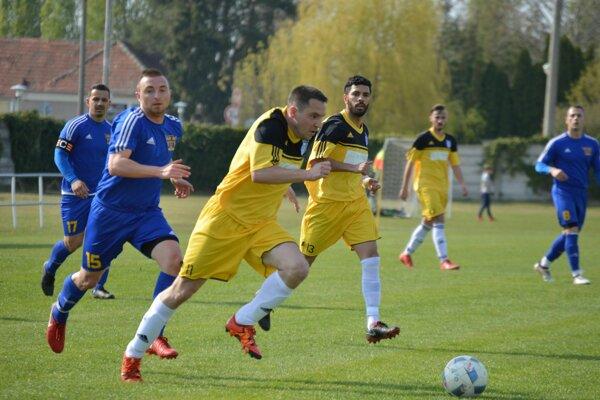 Zaujímavý zápas sa hral vNesvadoch, kde domáci (v žltom) hostili Veľký Ďur. Mužstvá sa po zápase rozišli zmierlivo po remíze 2:2.