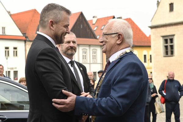 Predseda vlády SR Peter Pellegrini prichádza na výjazdové rokovanie 151. schôdze vlády, vpravo ho víta primátor Bardejova Boris Hanuščak v Bardejove