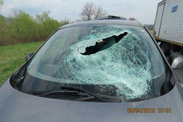 Uvoľnená doska zasiahla osobné auto a zranila ženu.
