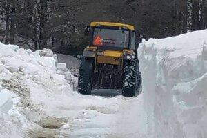 Cestu oslobodzujú zo snehovej škrupiny meter po metri. Ešte im ostáva približne päť kilometrov.