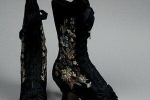 Aj takto vyzerali stredoveké topánky s podpätkom od známeho obuvníka Francoisa Pineta.