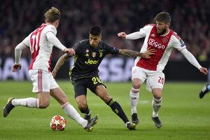 Hosťujúci Joao Cancelo medzi hráčmi Ajaxu.