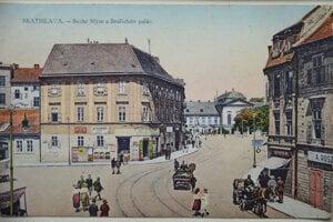Suché Mýto a v pozadí Grassalgovichov palác okolo roku 1920.