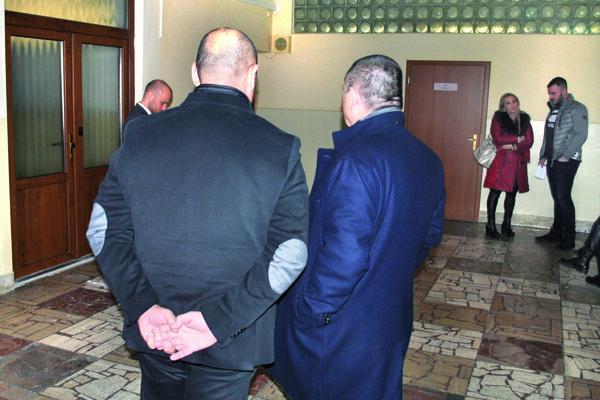 Vlani v decembri na trebišovskom súde. Vľavo chrbtom otočený Vadala, vpravo jeho obhajca