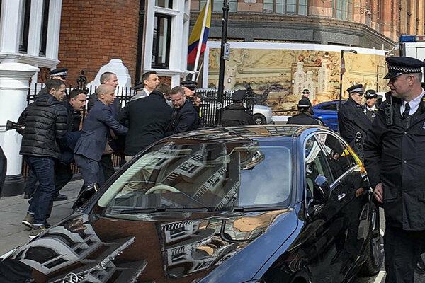 Assangea vzali do väzby na policajnej stanici.