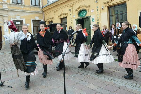 Na veľkonočných trhoch majú svoje miesto tradície aj folklór.