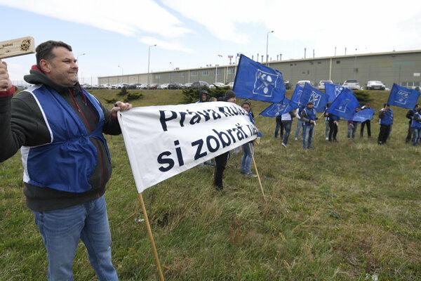 Protestné zhromaždenie OZ KOVO CROWN Bevcan Slovakia s.r.o. v priemyselnom parku v obci Kechnec.