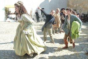 Celeste Buckingham ako princezná a Samuel Spišák ako princ a kováč v rozprávke Láska na vlásku, ktorú natáčali aj na Oravskom hrade.