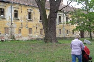 Vlastníkom kaštieľa je mesto Sereď, po predchodcoch ho zdedili vzlom stave.