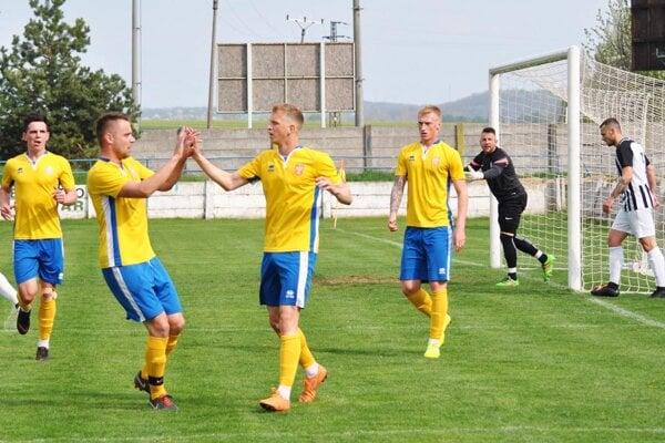 Oba góly tímu ViOn B Vráble do siete Galanty strelil útočník Vladimír Tkáč (v strede).