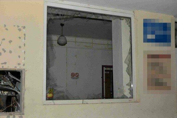 Poškodená budova, v ktorej bol zabudovaný bankomat.