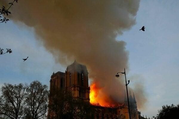 Slávna katedrála v plameňoch.