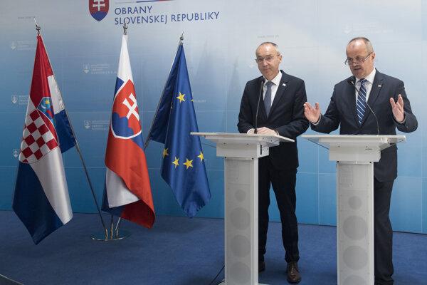 Vpravo minister obrany SR Peter Gajdoš a vľavo podpredseda vlády a minister obrany Chorvátskej republiky Damir Krstičevič.